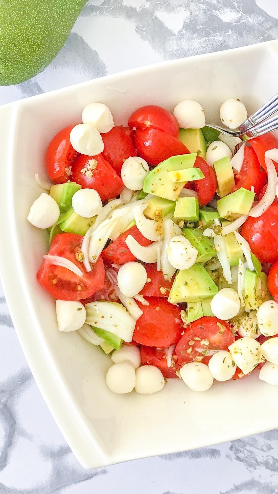 Schneller Caprese Salat mit Avocado